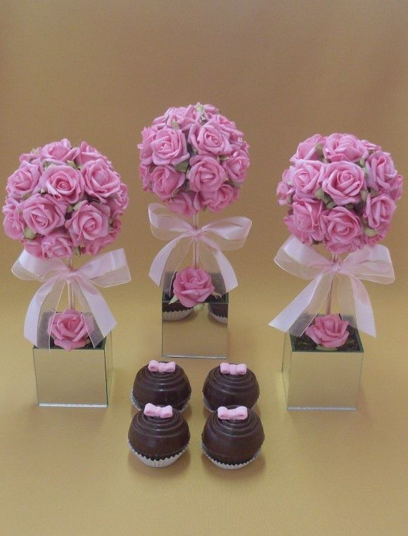 Topiaria de rosas em e.v.a. na cor rosa, em vaso de vidro espelhado com laço fita de cetim. O acabamento é feito com musgo desidratado. O arranjo todo mede aproximadamente 33 cm de altura e a topiaria tem 14 cm de diâmetro. O vaso mede 8,5 cm de altura x 8,5 cm de largura. R$ 59,90                                                                                                                                                                                 Mais