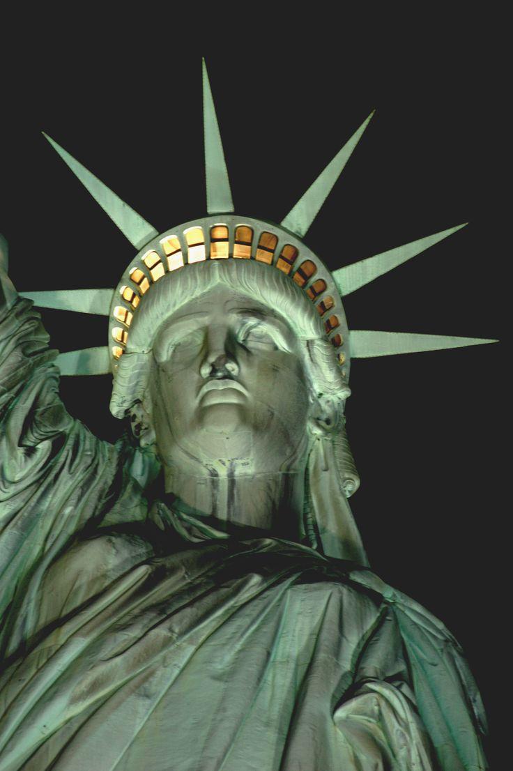 La Estatua de la Libertad, además de ser un monumento importante en la ciudad de Nueva York, se convirtió en un símbolo en Estados Unidos y representa, en un plano más general, la libertad y emancipación con respecto a la opresión. Desde su inauguración en 1886, la estatua fue la primera visión que tenían los inmigrantes europeos al llegar a Estados Unidos tras su travesía por el océano Atlántico.