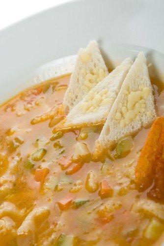 Итальянский суп с беконом, овощами и шалфеем