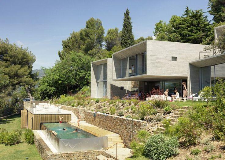 Superbe maison contemporaine de béton et de verre réfléchissant le ciel, façade piscine - Maison Le Cap par Pascal Grasso - Var, France #construiretendance