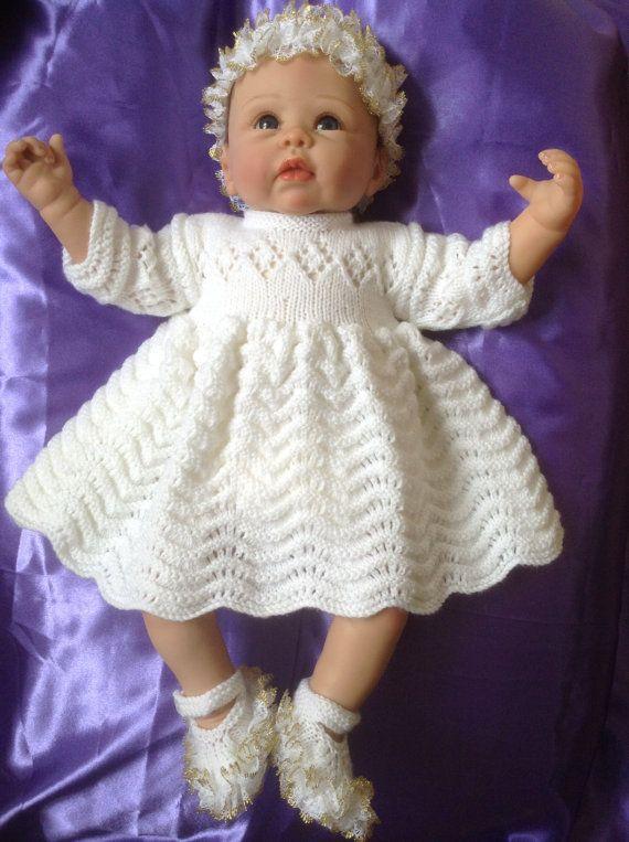 Een perfecte jurk instellen voor uw mooie kleine engel. Een lange mouw gedessineerde jurk in wit. De kleine schoenen en hoofdband zijn omzoomd met witte en gouden kant.  Deze set is precies goed voor die speciale gelegenheid of speciale foto te sturen naar de nabestaanden. Een unieke reeks te nemen naar de babydouche of brengen baby thuis.  Past een 0-3 maand baby of een prachtige instellen voor een 20-22 inch reborn baby doll  Dank u voor uw interesse