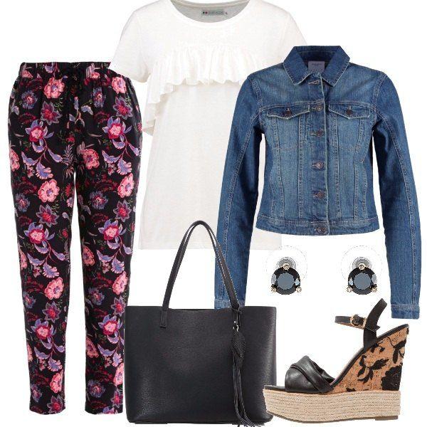 L'outfit è composto da un paio di pantaloni morbidi in fantasia floreale con elastico in vita, una t-shirt bianca con balza applicata sul davanti ed una giacca in jeans con bottoni. Il look si completa con un paio di zeppe con cinturino alla caviglia, una shopping bag nera ed un paio di orecchini con pietra e farfallina.