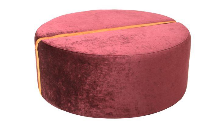Burgundy, vinröd, röd, Baggen pall i sammet, rund, fotpall, puff, skinn, möbel, inredning, möbler, detalj, vardagsrum, hall, sovrum.