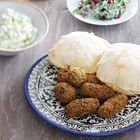 **** Falafel voor 300 gram gedroogde kikkererwten ('Deze falafel aten we in Jenin, bij Al Umbashi, een van de beste falafelplekken in town. Knapperig vanbuiten, smeuïg en kruidig vanbinnen. Geserveerd met zijdezachte hummus, pittige tahinasaus, frisse salades en zoutzure pepers en komkommers. Erbij versgebakken kmaj, ofwel pitabroodjes. Super-fastfood!' - Nadia Zerouali & Merijn Tol)