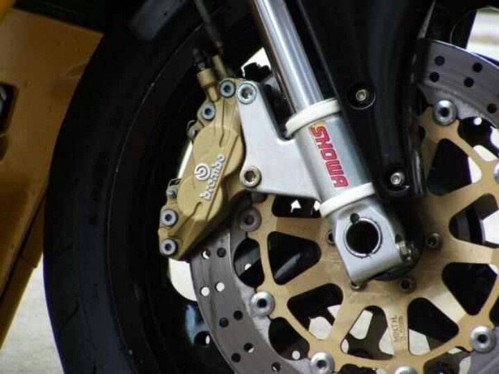 Ducati 748. Brembo. Showa.