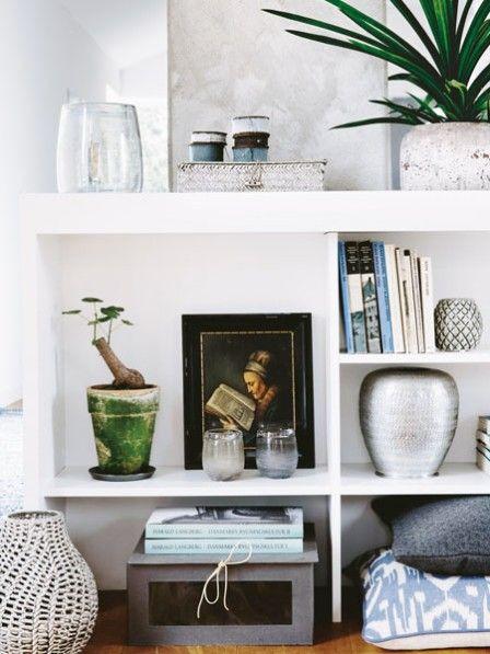 Bücher, Deko und sogar Schuhe – alles, was uns am Herzen liegt, kann zum Ausstellungsstück avancieren. Die passende Bühne dafür haben Sie bestimmt zu Hause: ein einfaches Regal.