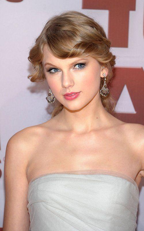 Close-Up-Taylor-Swift-Fashion-Spot-at-the-2011-CMA-Awards.jpg (500×800)