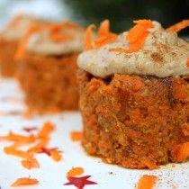 raw carrot cakes with cinnamon cashew cream topping #raw #vegan