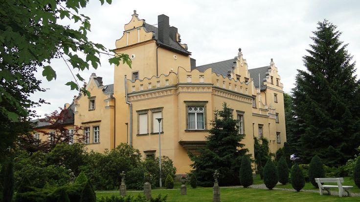 """Zespół pałacowy """"Radociny"""", zwany """"Nowym Dworem"""" został zbudowany w 1570 roku przez hrabiego Schaffgotscha. W późniejszych latach był kilkakrotnie przebudowywany. Do dziś posiada jednak niemal wszystkie cechy późnorenesansowego dworu śląskiego. Do pałacu przylega XIX-wieczny park z ciekawym drzewostanem. Ostatnim przedwojennym właścicielem """"Nowego Dworu"""" była niemiecka rodzina Reuss. Dziś zabytek stanowi własność prywatną i udoistępnioiany do zwiedzania jest tylko okazjonalnie."""