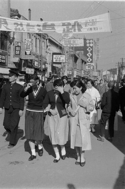 Seoul: School girls in Myeong-dong, 1959