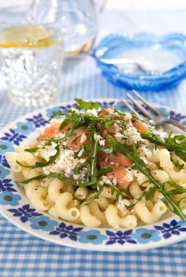 Philadelphiaost ger en krämig och fyllig smak till pastasåsen. Vi tycker det är lagom med 200 gram gravad lax, men om ni är jättehungriga - ta mer!
