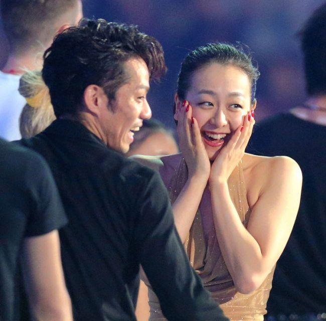 エキシビションのフィナーレで談笑する浅田真央(右)と高橋大輔 (650×640) http://www.asahi.com/sports/gallery/2013nhkhai/