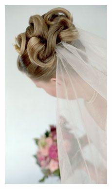 Håruppsättning. Så här gör du en klassisk håruppsättning, steg-för-steg med bilder - BröllopsGuiden