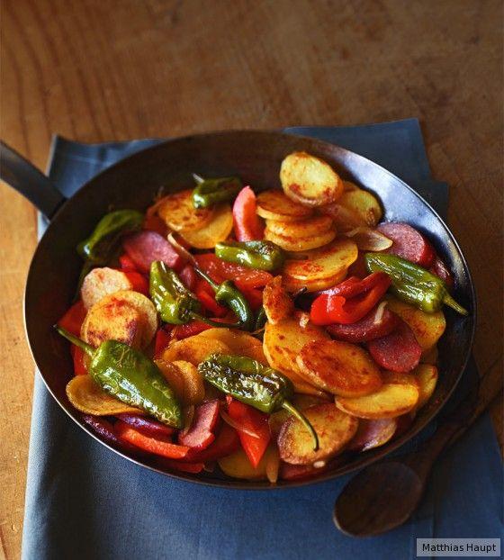 Fast wie in Spanien: Richtig Dampf bekommt unsere Kartoffel-Pfanne dank Cabanossischeiben und würzigen Pimientos.