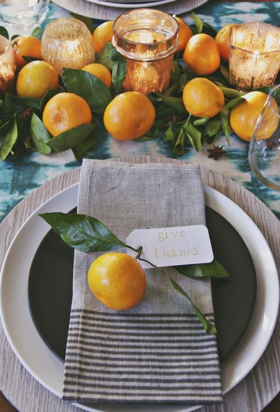 Oranges as table ornaments for a beautiful Thanksgiving #tablescape. #Thanksgiving #deco #Fall / Source: http://www.mydomaine.com/thanksgiving-tablescapes. Source: http://www.mydomaine.com/thanksgiving-tablescapes