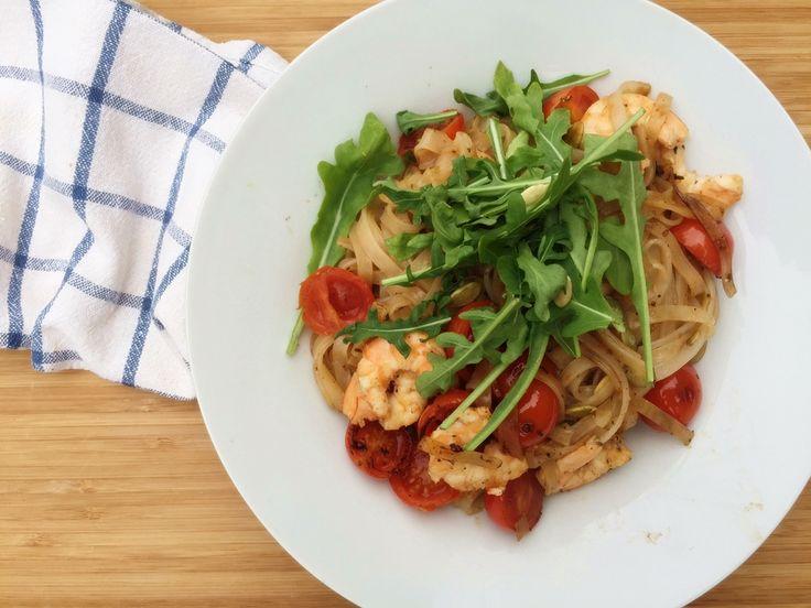 Makaron ryżowy z krewetkami i pomidorkami.  Cały przepis: http://majlaa.pl/zdrowy-jadlospis-na-caly-dzien-6/
