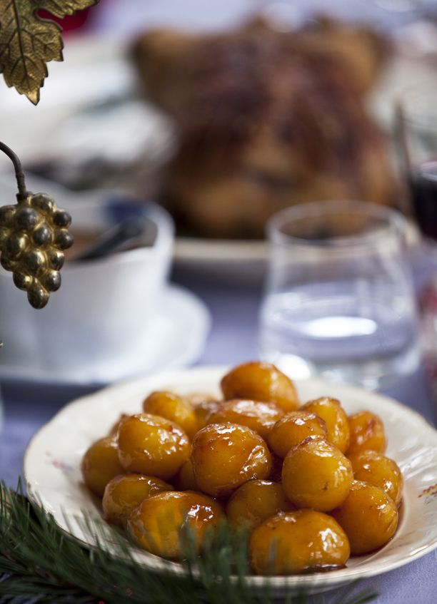 De klassiske brunede kartofler er uundværlige til julemiddagen, et enkelt, men obligatorisk indslag på bordet, der kræver opmærksomhed under tilberedningen.