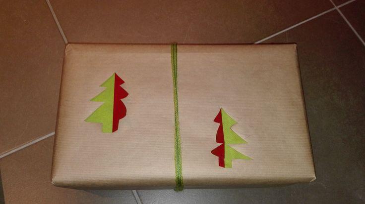 Creatie 2 door Lieke. Wat de kijker nog niet wist: ik was zo slim om het inpakpapier rond het pakje te wikkelen alvorens de kerstboompjes te snijden. :-(