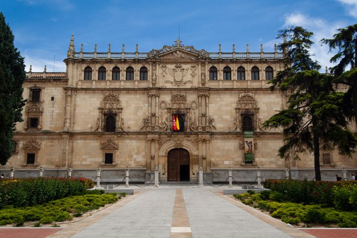Universidad de alcala de henares fachada de rodrigo gil for Universidades de arquitectura en espana