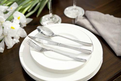 Per apparecchiare la tavola il galateo detta regole ben precise: il numero di piatti e posate variano a seconda delle portate che saranno servite, i piatti devono essere equidistanti tra loro, le forchette vanno alla sinistra del piatto mentre coltelli e cucchiai a destra.  Un vero rompicapo, e non è che l'inizio, che quasi fa venir