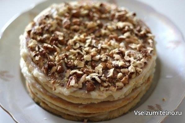 Торт на сковороде за полчаса  Ингредиенты: Тесто: -Сливочное масло – 70 гр. (1/3 пачки), -Мёд – 1 ст. ложка, -Сода – 0,5 ч. ложки, -Сахар – 1/3 стакана, -Яйцо – 1 шт., -Сметана / Молоко – 1 ст. ложка, -Мука – 1,5 стакана, -Орехи, шоколад, печенье – по вкусу и желанию.  Приготовление: Масло растопить, добавить мёд и соду. Смесь должна закипеть и запениться. Яйцо растереть с сахаром, добавить ложку сметаны или молока, всыпать муку. Замесить тесто. Готовое тесто разделить на 5 частей. Каждый…
