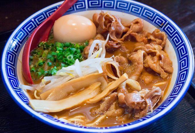 徳島出身の店主が作る、郷土愛に溢れた徳島ラーメンのお店です。豚骨のエキスを極限まで搾り出したスープは、醤油ダレとも相まって濃密でやや甘めの味わいが特徴。無料の生卵を加えることでまろやかな味に変化、ライスと一緒に食べるのが地元では定番のようです。醤油や麺などの食材も地元徳島のものにこだわり、徳島ラーメンをもっと広めたいという想いがしっかり伝わります。最近首都圏でも増えてきた徳島ラーメンですが、間違いなくここが1番美味しい。