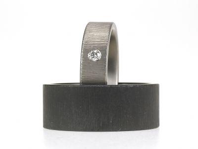 Op deze grijze en zwarte ringen staat een bijzondere en zachte structuur. Handmatig aangebracht, elke ring is anders. Diamant is altijd een optie. Deze structuur werkt mooi bij smalle en bij brede ringen.
