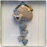 Fiocco nascita casetta in cotone ecrù con uccellino e 4 cuori sui toni dell'azzurro e farfalla gialla