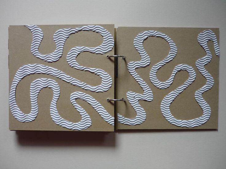 Voilà la réponse à ce post ... C'est un petit livre tactile fait maison (bien vu Mme Onzième carnet!) que le petit dernier des neveux a...