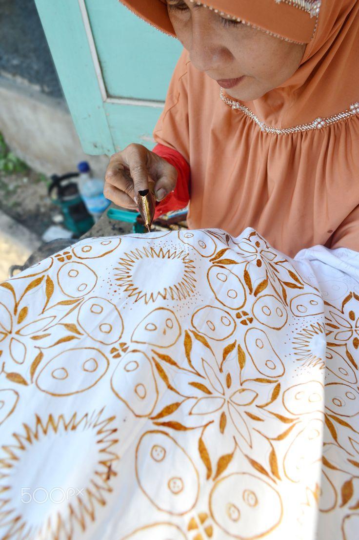 Mencanting batik Kawung Truntum Suryo - Mencanting batik Kawung Truntum Suryo