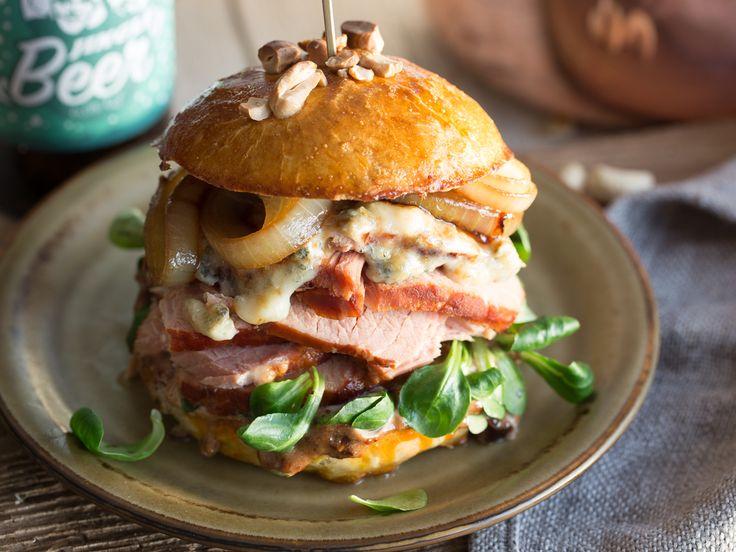 Kassler Burger mit Malzbier-Zwiebeln und Pflaumen-Senf-Mayo