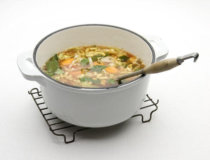 Een klassieke combinatie in de Italiaanse keuken: bonen & kruiden. Deze simpele soep vult en is écht binnen 30 minuten klaar. hoofd- of lunchgerecht (4-6 personen) 1 flinke ui, in ringen ¼-½ tl chiliflakes (molenpotje) 4 el (groene) olijfolie 1 blik tomaatstukjes, 400 ml 1 blik flageolets, uitgelekt netto 265 g 250 g boswortels, in...