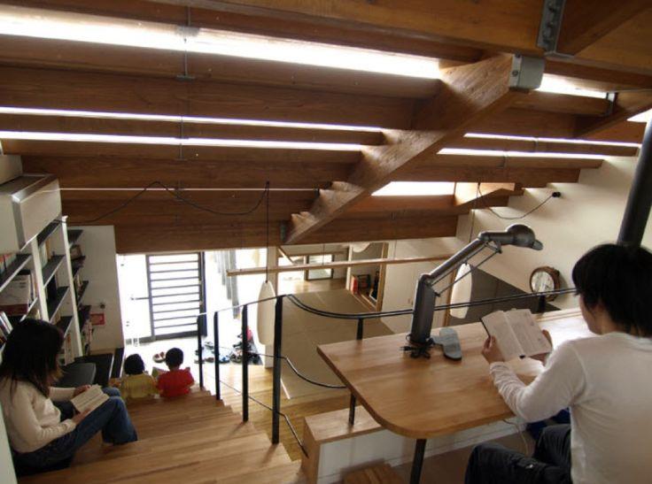 ロフトの巨大作り付け本棚 | 住宅デザイン