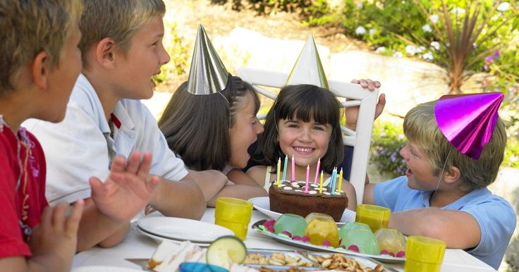 Como planejar uma festa de aniversário em casa para uma criança de 5 anos. Talvez você ache que o seu filho mereça uma ida ao zoológico no aniversário dele ou a um parque aquático ou algum outro local caro, mas uma criança de 5 anos quer apenas convidar seus amiguinhos para a sua casa à tarde. Dar uma festa de aniversário com um monte de crianças pequenas é desencorajador, mas, com muito planejamento, preparação e ...