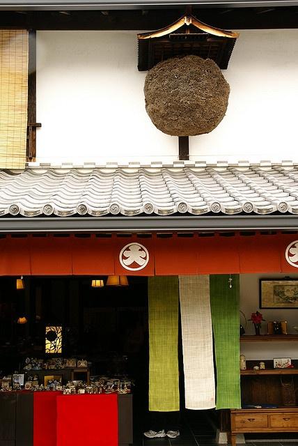 門口吊著「杉玉 (すぎたま)」Sugidama ball. Indicating there is fresh sake inside........v