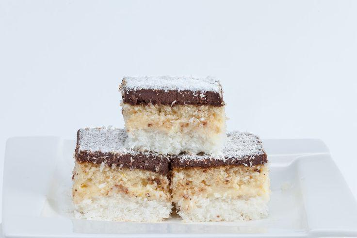 LAURA. O prăjitură foarte gustoasă: 3 foi diferite, cu nucă de cocos, nucă și cacao; umplute cu o cremă de vanilie. Toate lucrurile bune au un sfârşit. Adică ajung în compoziţia prăjiturilor noastre. Laura, de exemplu, are trei blaturi diferite: unul de cacao, altul de cocos şi ultimul de nucă. Mda...nu sunt chiar TOATE lucrurile bune. Deşi...staţi puţin că am uitat de crema de vanilie. Deci aveam dreptate.