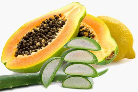 Eliminare le macchie del viso naturalmente:   1. Enzimi della frutta;  2. Vitamina E;  3. Succo di limone;  4. Avocado;  5. Papaia;  6. Latticello;  7. Aloe Vera;  8. Meno sole;  9. Alimenti ricchi di antiossidanti;   Per approfondire >> http://www.piuvivi.com/bellezza/eliminare-schiarire-macchie-scure-viso-con-rimedi-naturali.html