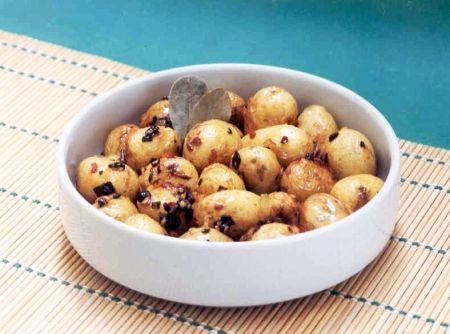 Receita de Batata Calabresa - batatas com casca, de preferência com o auxílio de uma escovinha, em água corrente. Seque-as bem (para que não respinguem gordura, quando forem ao...