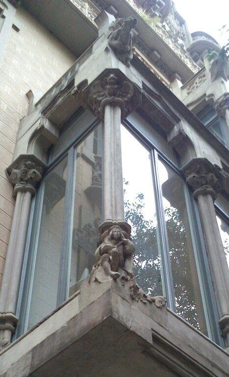 trovador en la basa de la columna de un edificio de corriente neo gtica dentro