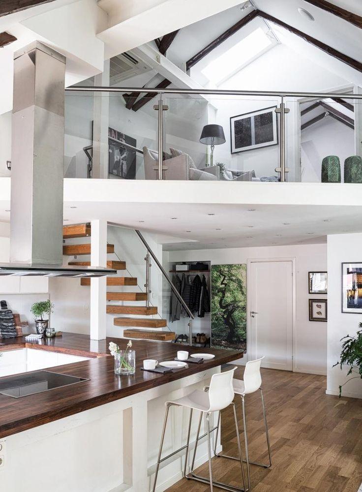 Una moderna casa su due piani con mansarda