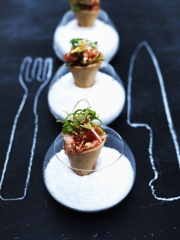 Prøv en lækker lille ret med minivafler og rejesalat. Perfekt som luksusfrokost eller appetitvækkende forret til nytår!