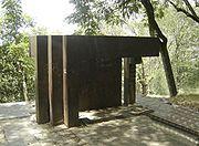 Título de la obra: Sin título Artista: Ronny Vayda (Colombia) Técnica: hierro y vidrio Dimensiones: 2,4 × 3,6 × 1,5 m (esta obra no se encuentra en el Cerro Nutibara2 ) EsculturaCerroNutibara-Medellin.jpg