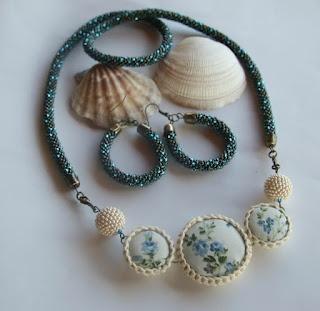 Kombinált gyöngyhorgolt nyaklánc gyöngybogyóval / bead crochet necklace and button