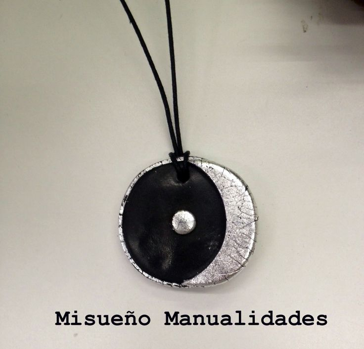 Colgante de Fimo con los símbolos astrológicos del sol y la luna.  www.misuenyo.com / www.misuenyo.es