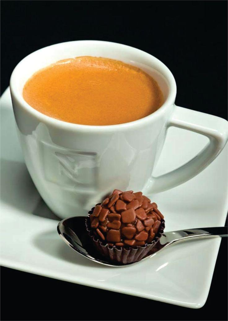 Brigadeiro de Cappuccino ☕️: 1 lata de leite condensado 1 colher de sopa de chocolate em pó 1 colher de chá de café solúvel 1 colher de café de canela em pó 1 colher de sopa de manteiga Modo de preparo: Leve todos os ingredientes ao fogo baixo e não pare de mexer até a mistura desgrudar do fundo da panela (aproximadamente sete minutos). Espere esfriar e faça as bolinhas. Se quiser, cubra com chocolate em pó. Rendimento: 24 docinhos.