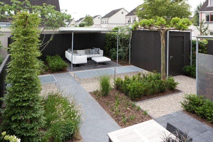 Wat een mooie moderne achtertuin! Verdeeld in vlakken, inclusief veranda en schuur. Mooie balans en een witte loungeset. <3 #Fonteyn