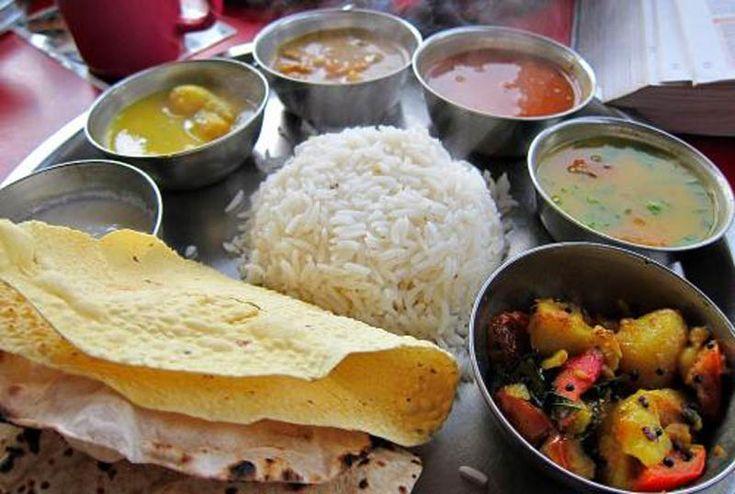 バングラデシュの料理は基本的に「トルカリ」と呼ばれるカレー料理がメインで、それに加えて野菜や炒めものを副菜として食べます。バングラデシュでは、クミン・ターメリック・コリアンダーなど多数のスパイスを使って、複数のカレー料理を一度に作るのが一般的