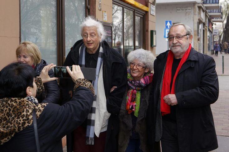 Kultúra: Az olvasók féltő tekintete: Esterházy dedikált - NOL.hu