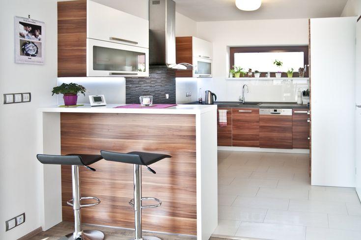 Moderní a výrazná kuchyně působící teplým a útulným dojmem.