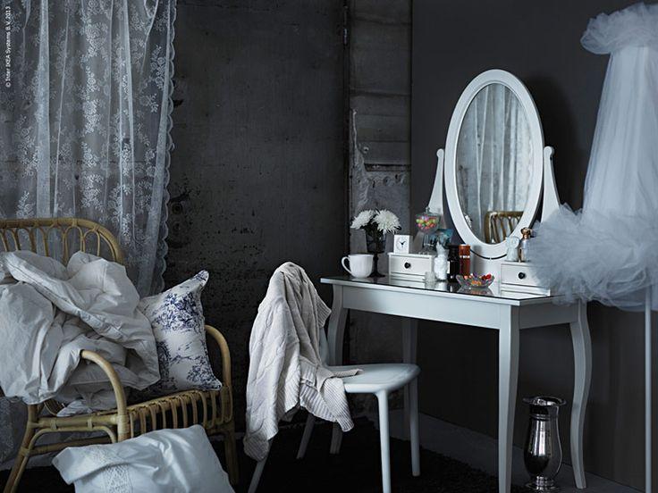 En egen vrå i sovrummet med plats för alla snygga parfymflaskor, en bra spegel och lite lugn och ro är vardagslyx. HEMNES toalettbord är ett lagom nätt bord med en klassisk fransk look - precis som ett toalettbord ska se ut.